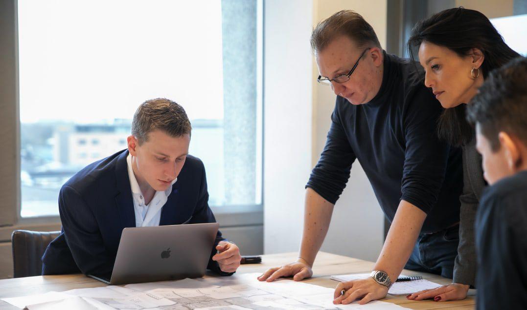 Werkoverleg op kantoor / Foto Marieke Wijntjes / 2020